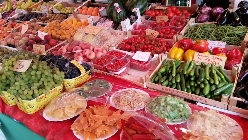 6 tips for navigating an italian open air market | Italy travel planning planner consultant guided tours women