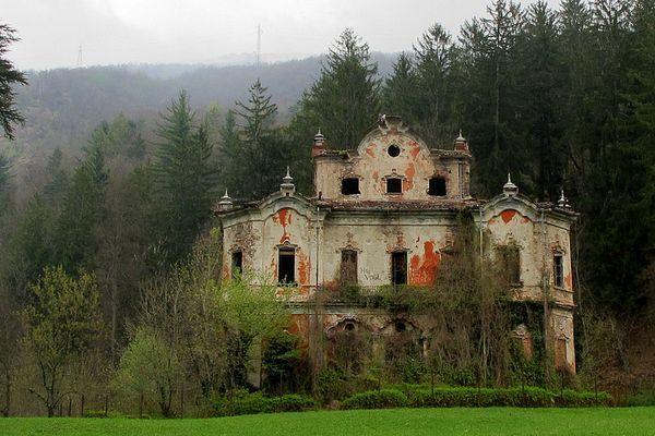 villa de vecchi most haunted places in Italy